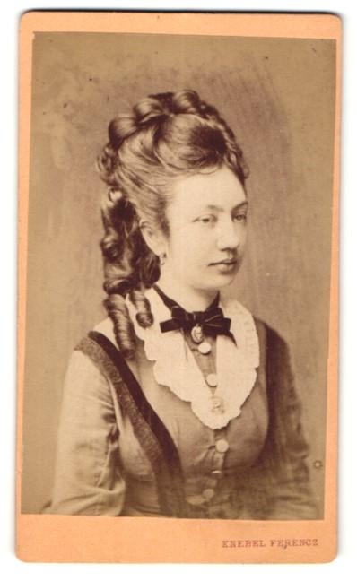 Fotografie Ferencz Knebel, Szombathelyen, Portrait hübsche junge Dame mit modischer Frisur