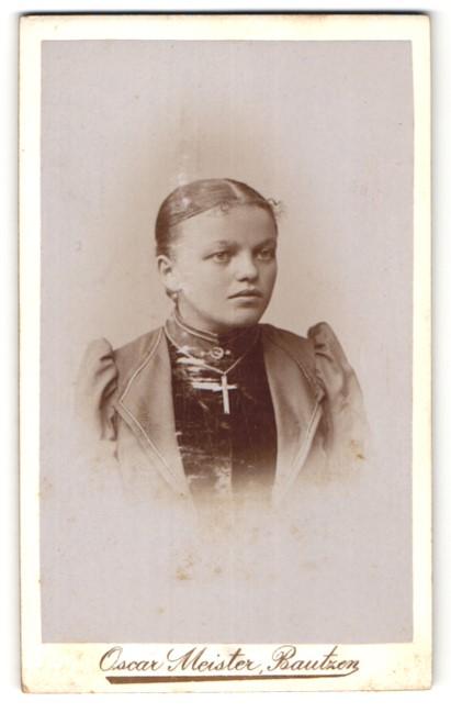 Fotografie Oscar Meister, Bautzen, Portrait Fräulein mit Kruzifix