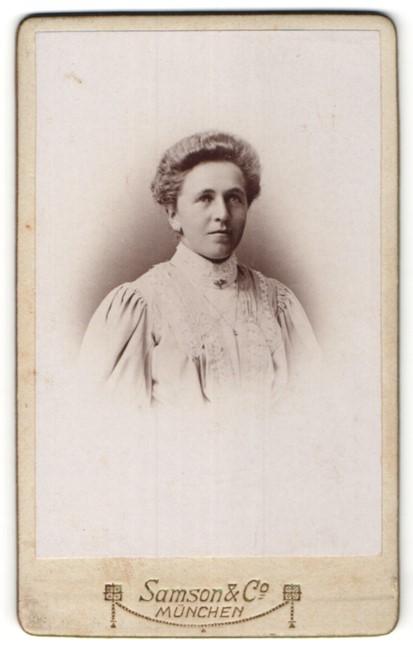Fotografie Samson & Co., München, Portrait Dame mit Hochsteckfrisur