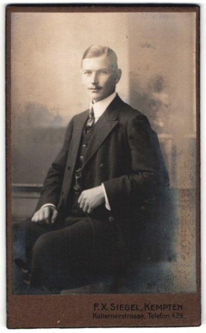 Fotografie F. X. Siegel, Kempten, Portrait junger Herr in Anzug