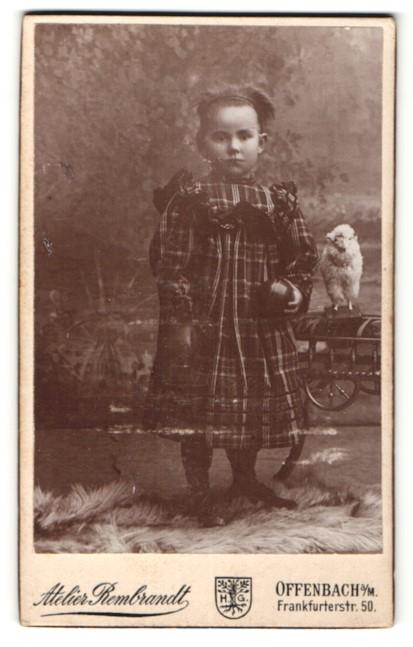 Fotografie Atelier Rembrandt, Offenbach a/M, Portrait kleines Mädchen mit Spielzeug