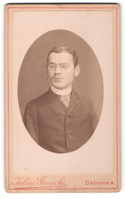 Fotografie Julius Grusche, Dresden-N, Portrait junger Herr mit zeitgenöss. Frisur und Zwicker