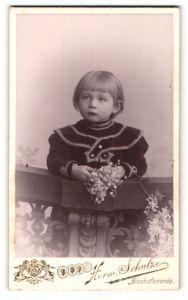 Fotografie Herm. Schulze, Bischofswerda, Portrait kleines Mädchen mit Blumen