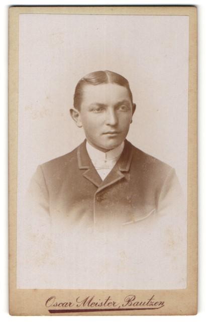 Fotografie Oscar Meister, Bautzen, Portrait junger Mann mit Mittelscheitel