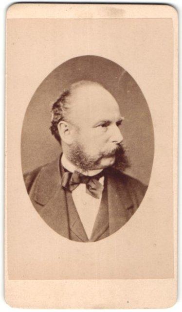 Fotografie Teich Hanfstaengl, Dresden, Portrait betagter Herr mit Halbglatze und Bart im Jackett