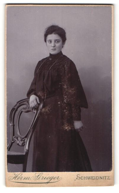 Fotografie Herm. Grieger, Schweidnitz, dunkelhaarige Schönheit im eleganten schwarzen Kleid