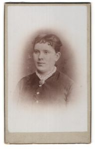 Fotografie Gustav Hänsel, Dresden, Portrait charmante junge Frau mit Brosche am Rüschenkragen