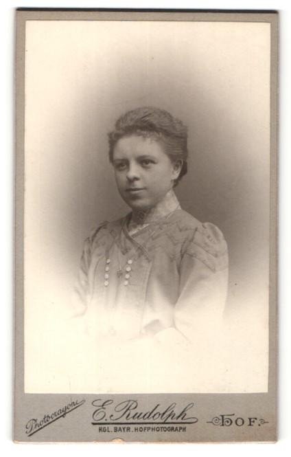 Fotografie E. Rudolph, Hof, Portrait charmant lächelnde junge Frau mit zurückgebundenem Haar