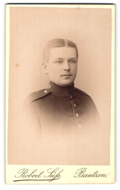Fotografie Robert Süss, Bautzen, Portrait charmanter junger Soldat in interessanter Uniform
