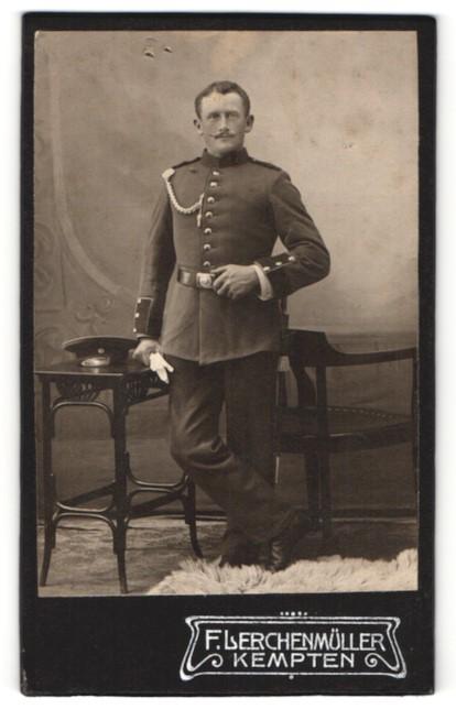 Fotografie F. Lerchenmüller, Kempten, junger dunkelhaariger Soldat mit Schnurrbart in Uniform