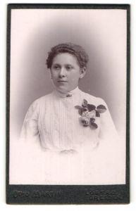 Fotografie Otto Martin, Dresden-Löbtau, Portrait junge Frau mit zurückgebundenem Haar