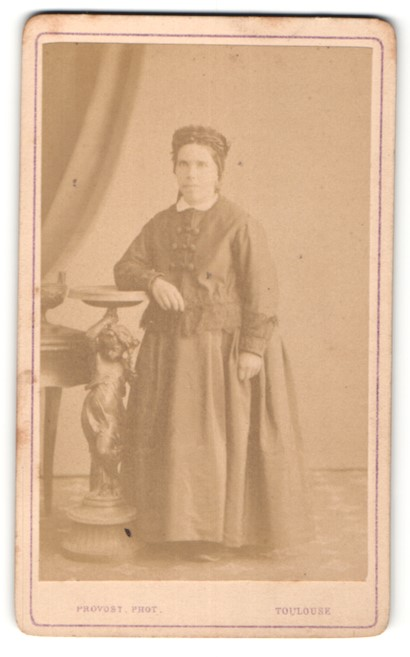 Fotografie Provost, Toulouse, nette ältere Dame mit Rüschenhaube im prachtvollen Kleid