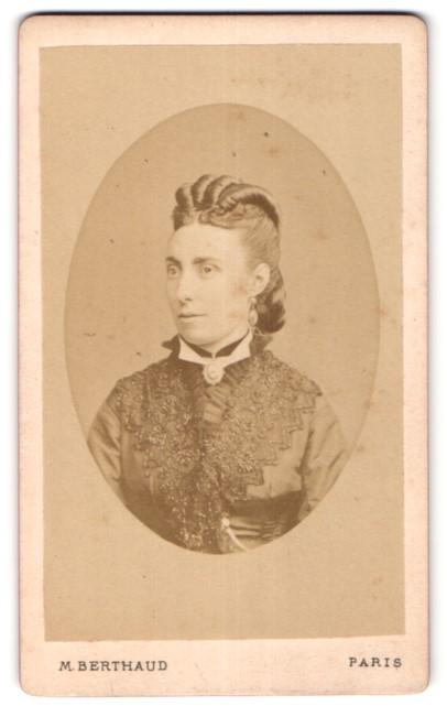 Fotografie M. Berthaud, Paris, Portrait schöne Dame mit Hochsteckfrisur, Halskette und Bluse mit Stickerei