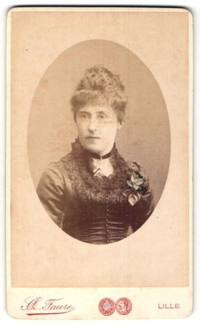 Fotografie C. A. Faure, Lille, schöne Dame mit Hochsteckfrisur und Ansteckblume