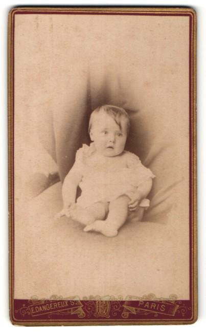 Fotografie E. Dangereux, Paris, Niedliches Baby in Kleidchen