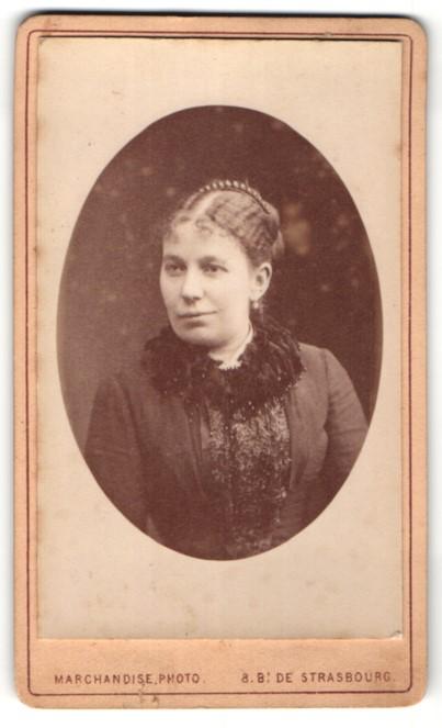 Fotografie Marchandise, Paris, Portrait Frau mit zusammengebundenem Haar