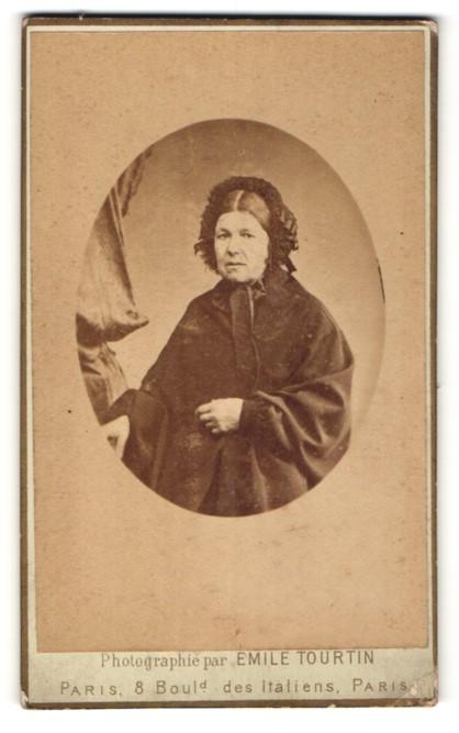 Fotografie Emile Tourtin, Paris, Portrait Dame mit zeitgenöss. Kopfbedeckung