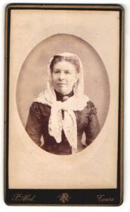 Fotografie P. Abel, Tours, Portrait Dame mit Kopftuch