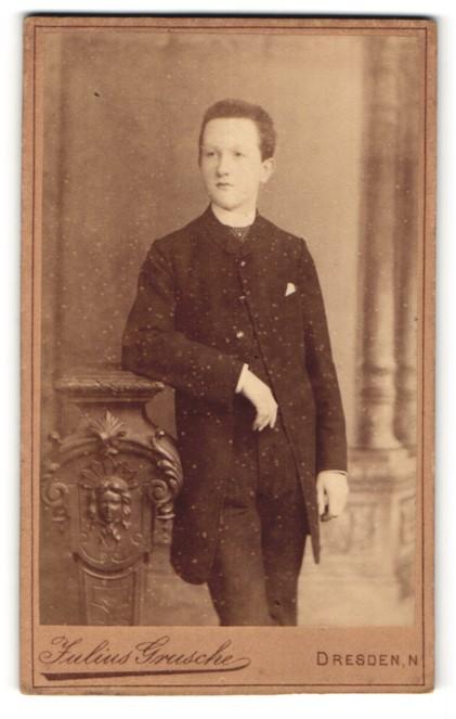 Fotografie Julius Grusche, Dresden-N, Portrait halbwüchsiger Knabe in Anzug