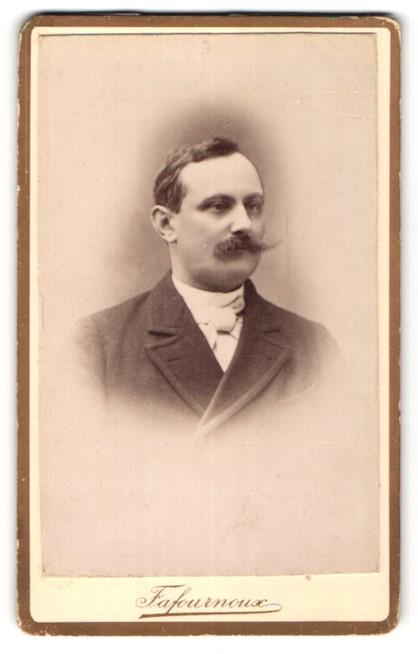 Fotografie Fafournoux, Villefranche, Portrait Herr mit Oberlippenbart