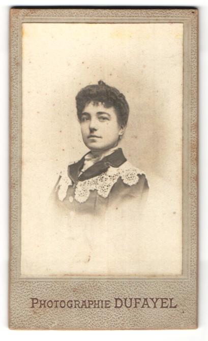 Fotografie Dufayel, Paris, Portrait Dame mit zeitgenöss. Frisur