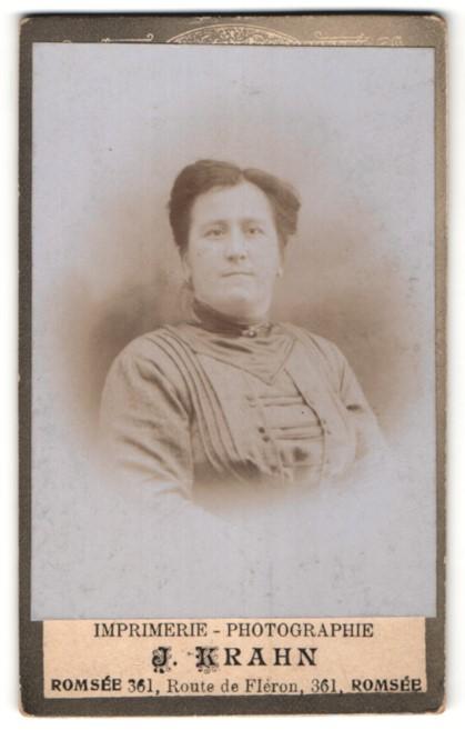Fotografie J. Krahn, Romsée, Portrait Dame mit zeitgenöss. Frisur
