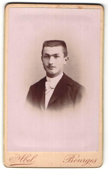 Fotografie Abel, Bourges, Portrait junger Mann mit Bürstenhaarschnitt