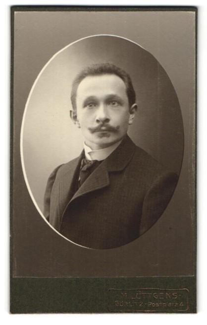 Fotografie M. Lüttgens, Görlitz, Portrait Herr mit Oberlippenbart