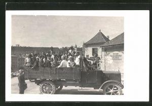 Foto-AK offener Lastkraftwagen mit Ausflugsgesellschaft