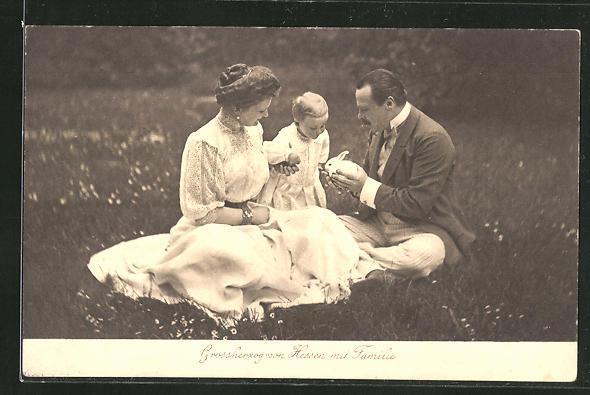 AK Grossherzog von Hessen mit Frau und Kind auf der Wiese