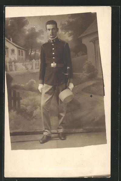 Foto-AK österreichischer Soldat vor einer Kulisse