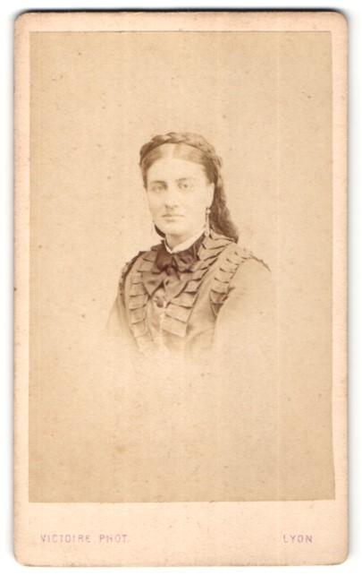 Fotografie Victoire, Lyon, Portrait Dame mit zeitgenöss. Frisur