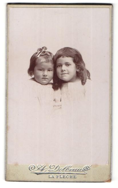 Fotografie A. Dolbeau, La Flêche, Zwei kleine Mädchen Kopf an Kopf