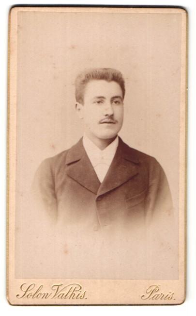 Fotografie Solon Vathis, Paris, Portrait charmanter hübscher junger Mann im eleganten Jackett