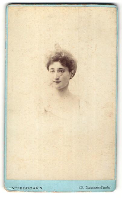 Fotografie V. Hermann, Paris, Portrait brünette Schönheit mit Dutt