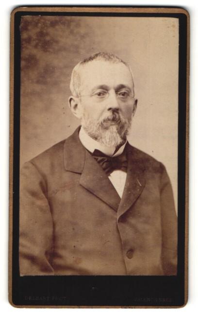 Fotografie Delsart, Valenciennes, Portrait charmanter betagter Herr mit Brille und Vollbart