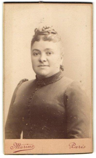 Fotografie Marius, Paris, Portrait charmant lächelnde Dame mit Hochsteckfrisur in eleganter Bluse
