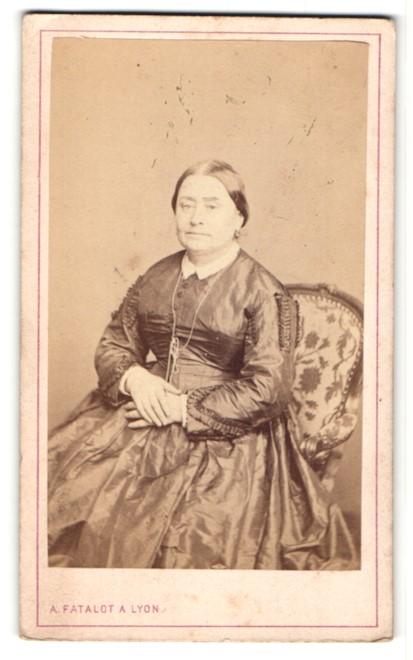 Fotografie A. Fatalot, Lyon, ältere hübsche Dame im prachtvollen Kleid mit Halskette