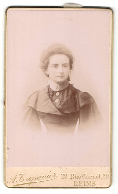 Fotografie A. Tarponier, Reims, Portrait junge Dame mit zusammengebundenem Haar