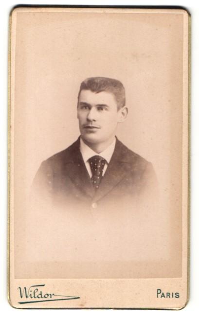 Fotografie Wildor, Paris, Portrait junger Mann mit Bürstenhaarschnitt