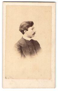 Fotografie Bailly & Maurice, Tours, Profilportrait junger Herr mit Oberlippenbart