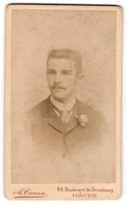 Fotografie A. Caccia, Hâvre, Portrait junger Mann mit Bürstenhaarschnitt