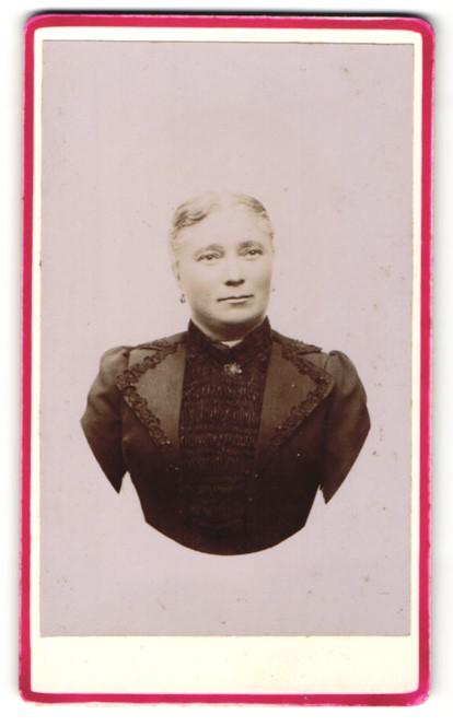 Fotografie Eugène André, unbekannter Ort, Portrait Dame in zeitgenöss. Mode