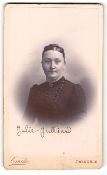 Fotografie Emile, Grenoble, Portrait Frau in zeitgenöss. Garderobe
