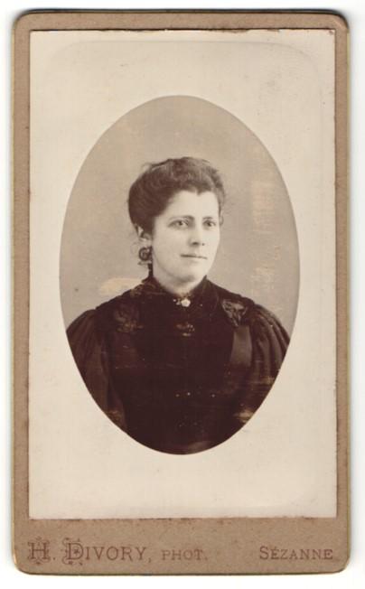 Fotografie H. Divory, Sézanne, Portrait junge Frau mit zusammengebundenem Haar
