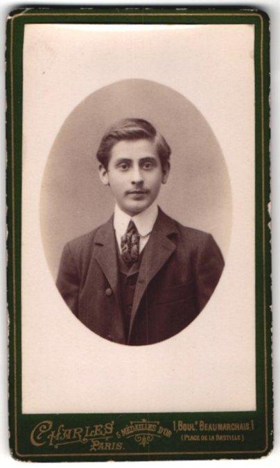 Fotografie Charles, Paris, Portrait junger Herr in Anzug