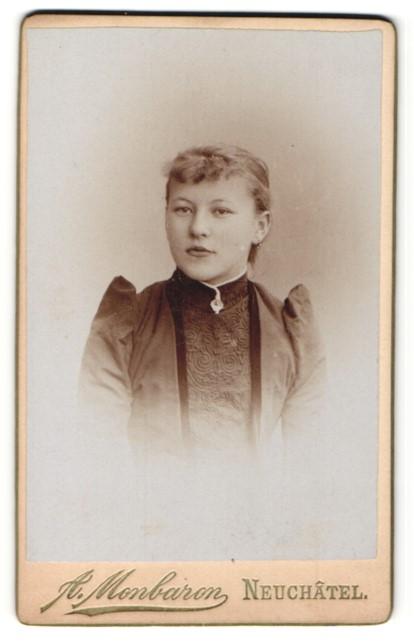 Fotografie A. Monbaron, Neuchâtel, Portrait Fräulein mit zusammengebundenem Haar