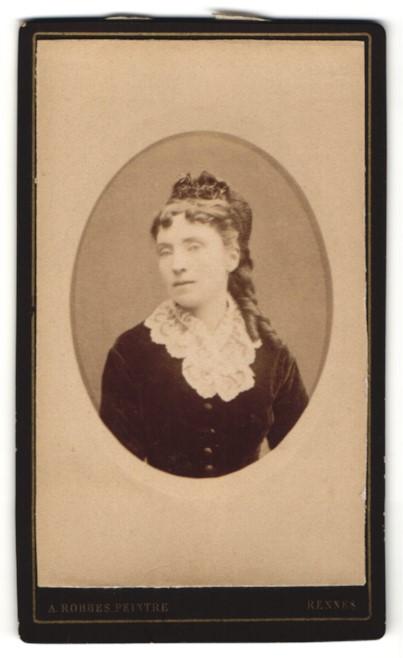 Fotografie A. Robbes, Rennes, Portrait schöne junge Dame mit Hochsteckfrisur und Rüschenkragen