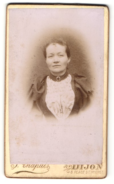 Fotografie J. Capuis, Dijon, Portrait Frau im zeitgenössischem Kleid