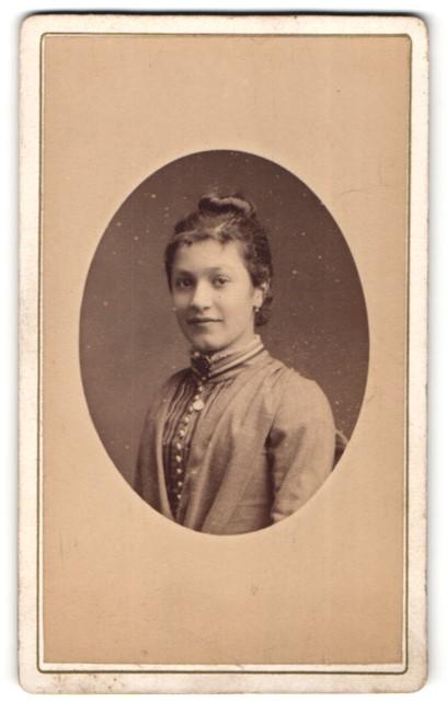 Fotografie Berthon Auguste, St. Etienne, Portrait lächelnde junge Frau mit Hochsteckfrisur